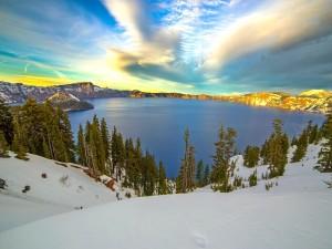 Lago rodeado de nieve en invierno