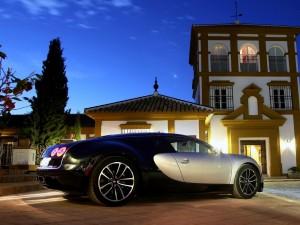 Bugatti Veyron 164 Súper Sport frente a una casa