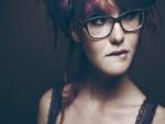 Chica pelirroja con gafas