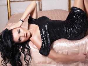 Modelo posando con un vestido negro