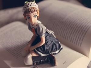 Muñeca anime sobre las páginas de un libro