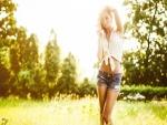 Chica con ropa de verano en el campo