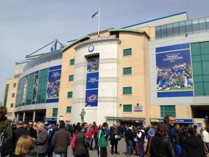 Gente a las afueras del estadio del Chelsea Fútbol Club