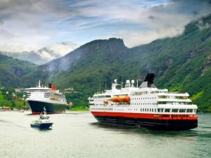 Cruceros turísticos junto a las grandes montañas