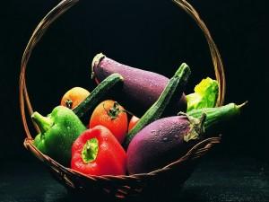 Verduras frescas en una cesta