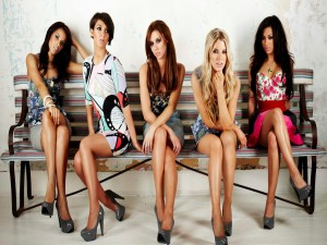 Chicas sentadas en un banco