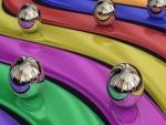 Bolas de metal en las franjas de colores