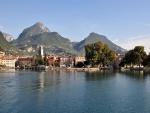 Población frente al lago de Garda (Italia)
