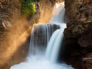 Impresionante cascada entre las rocas