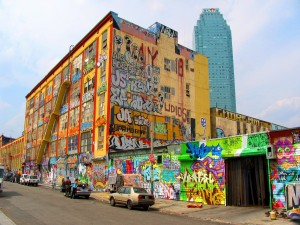 Calle llena de graffitis