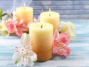 Flores junto a unas velas