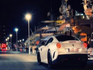 Ferrari blanco en el puerto