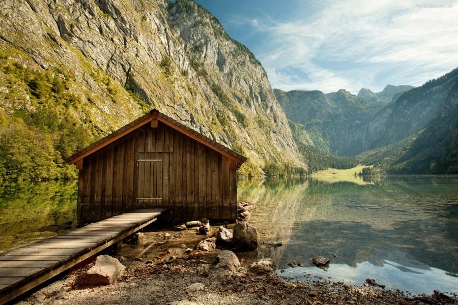 Pequeña cabaña a orillas del lago
