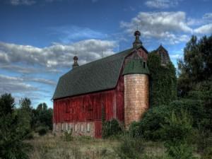 Iglesia de madera escondida entre los árboles