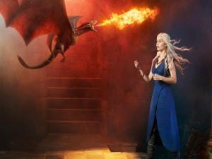 Daenerys Targaryen con uno de sus dragones