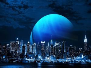 Gran luna tras la ciudad