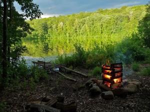 Fuego de campamento a orillas del lago