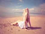 Chica sentada en la playa