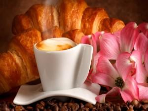 Cappuccino y ricos croissant