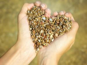Piedras formando un corazón entre las manos