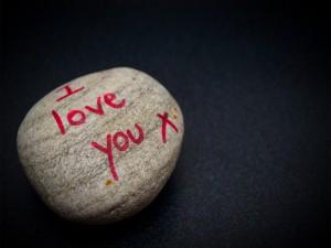 """""""Te amo"""" escrito en una piedra"""