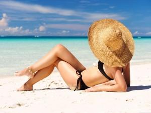 Chica pasando el día en la playa