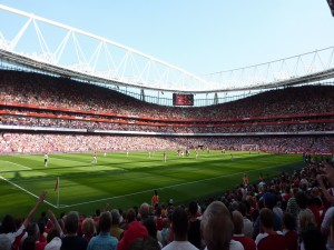 Partido de fútbol en el estadio del Arsenal