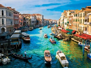 Embarcaciones en el canal de Venecia