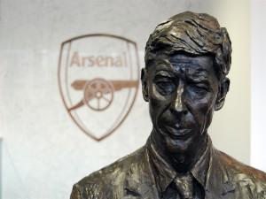 Estatua de Arsene Wenger entrenador del Arsenal F.C.