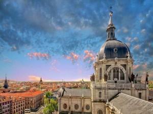 Vista de la Catedral de la Almudena (Madrid, España)