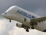 Un Airbus A-300-605ST Beluga levantando vuelo