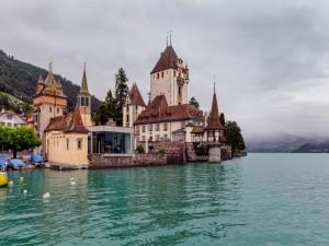 Castillo Oberhofen a orilllas del lago Thun (Suiza)