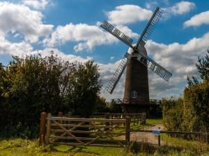 Molino de viento en el campo