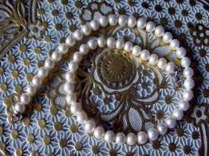 Vistosa y elegante joya con perlas