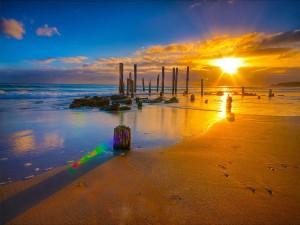 Radiante sol iluminando la arena de la playa
