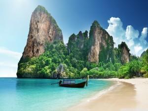 Barca a orillas de una  hermosa playa