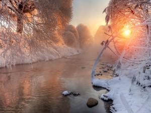 Bello paisaje de invierno a la salida del sol