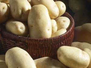 Patatas en una cesta