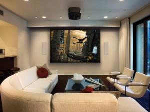 Moderna sala de estar con una gran pantalla