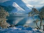 Blanca nieve rodeando el lago
