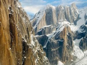 Grandes rocas cubiertas de nieve