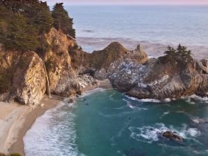 Vista de una cascada en la playa