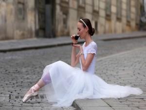 Bailarina tomando café en la calle