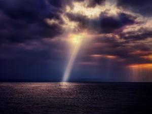 Rayo de luz ilumina la embarcación