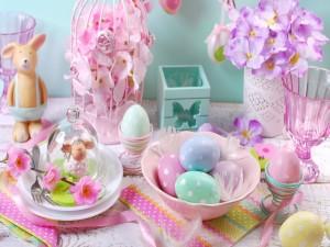 Mesa decorada para la celebración de Pascua