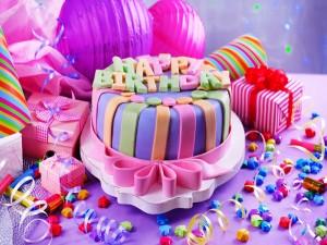 Torta y regalos para cumpleaños