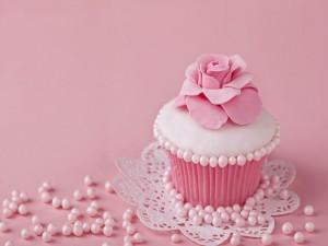 Delicado cupcake decorado con una rosa