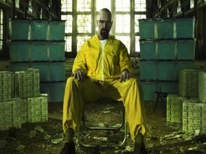 Walter White rodeado de dinero y cristal azul (Breaking Bad)