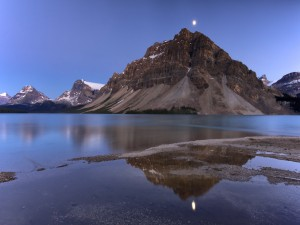 La luna se refleja en las aguas del lago