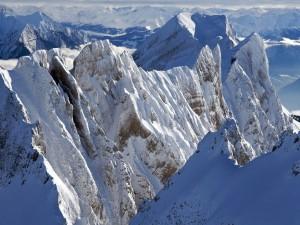 Cumbres montañosas cubiertas de nieve